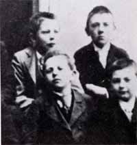 Адольф Гитлер в 1901 году в школе Линца
