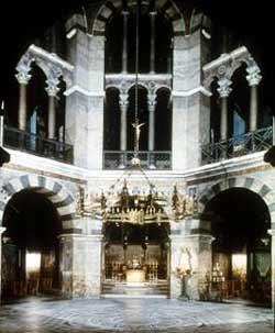 Внутренний интерьер дворцовой капеллы в Аахене, построенной при Карле Великом