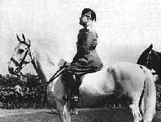 Муссолини на лошади