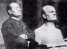 Муссолини позирует для скульптора